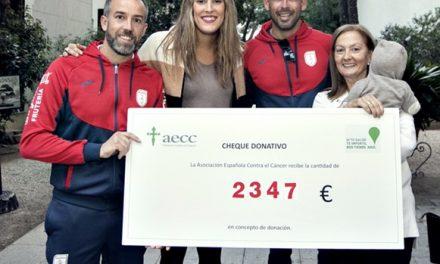 Donación triatleta a AECC Gandia